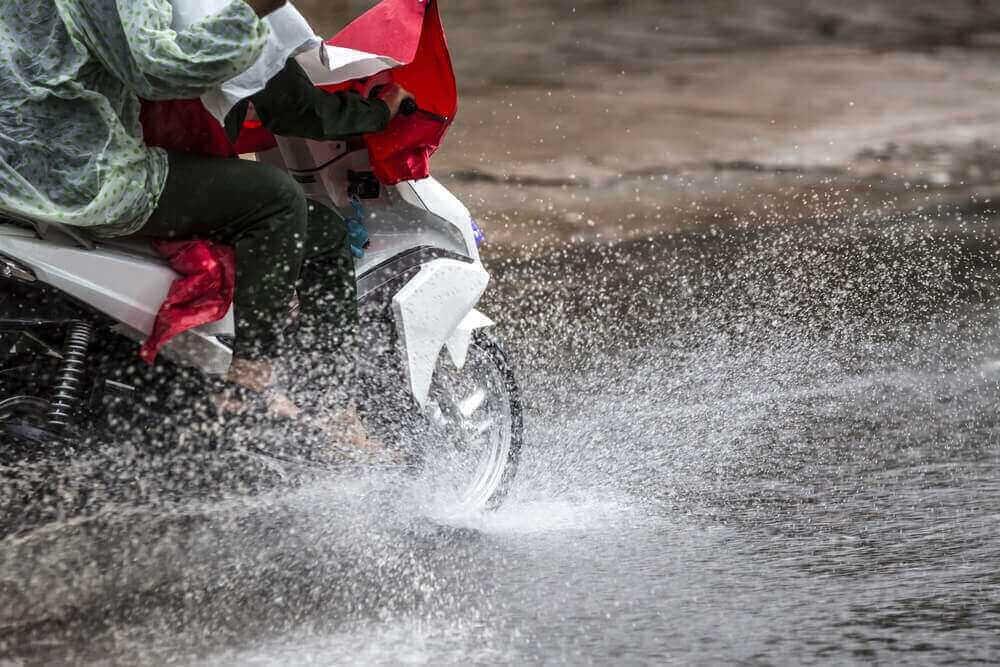 bahaya air hujan pada motor