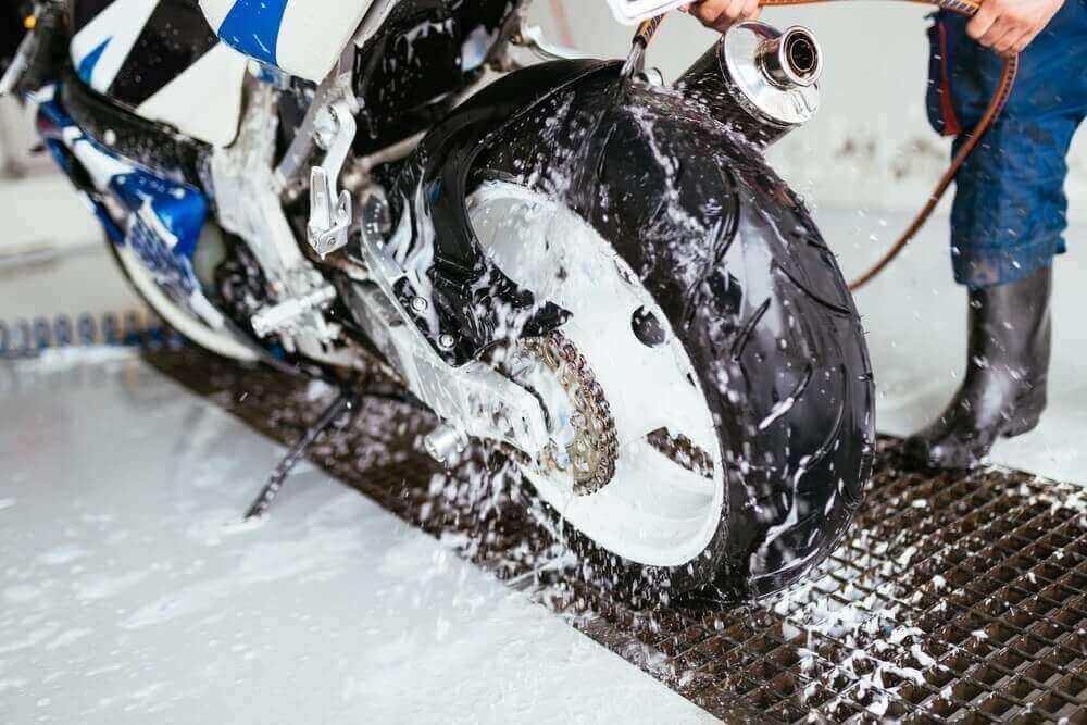 merawat motor saat musim hujan dengan cuci steam